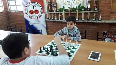 Capiateño de ocho años gana torneo de ajedrez