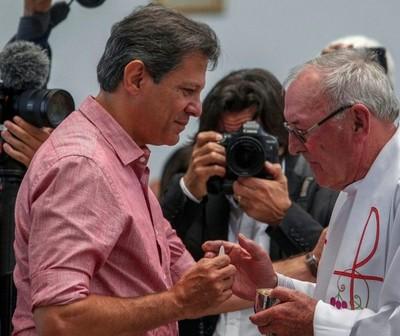 Fernando Haddad fue criticado por fieles que recordaron la militancia del PT en favor del aborto