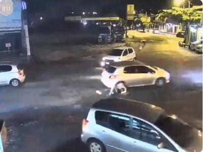 Una joven fue arrastrada por el pavimento
