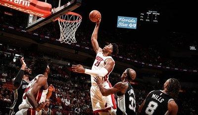 Heat sorprende a los Spurs y los Sixers ganan a Pacers