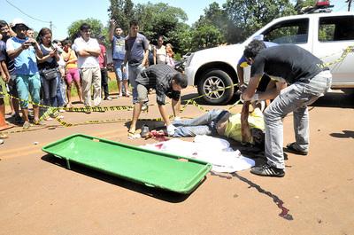 Choque frontal entre automóvil y motocicleta deja un muerto y una herida grave en Km 14