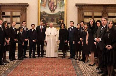 """Senador """"mau"""" en comitiva al Vaticano causa polémica"""