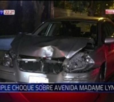 Imprudencia al volante: Pasó semáforo en rojo y provocó triple choque