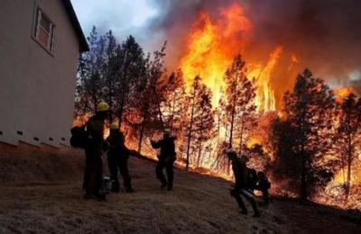Un 'diablo de fuego' surgió en el voraz incendio en California