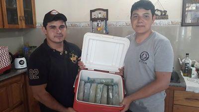 Jóvenes emprendedores fabrican hielo con yuyos