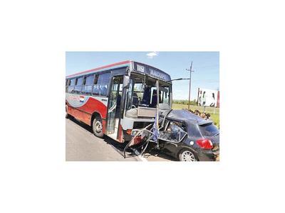 Bus ocasiona fatal accidente en Pedrozo