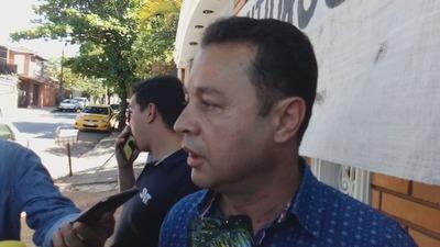 Hermano del diputado D'Ecclesiis se encadena y acusa a Giuzzio de persecución