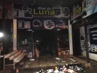 INCENDIO CONSUMIÓ POR COMPLETO CASA DE ELECTRÓNICA EN EL CIRCUITO COMERCIAL.