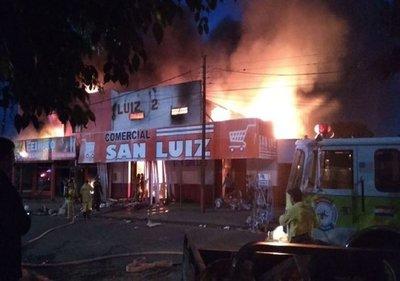 Voraz incendio consumió un comercio de Pedro Juan Caballero