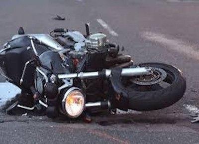 Cuando frenó, una moto ho'a sobre su cabeza