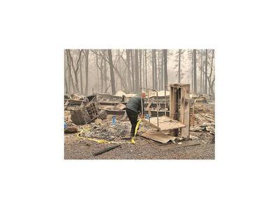 Vientos del diablo avivan el incendio forestal en California