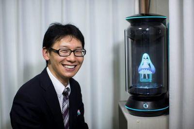 """El hombre japonés que se """"casó"""" con un holograma"""
