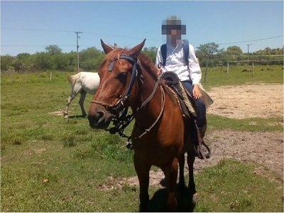 Niño que anda a caballo denuncia deplorable estado de camino