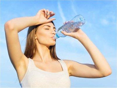 Recomiendan tomar agua cada 20 minutos en días de calor