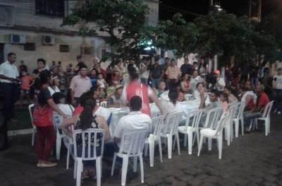 Ciudadanos indignados completan 28 noches con una caravana y cena simbólica