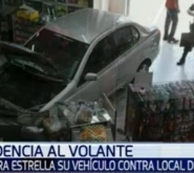 Pierde el control y estrella su vehículo contra local del Mercado 4