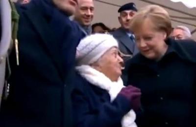 El tierno momento en el que Merkel le intenta explicar a una anciana que ella no es la esposa de Macron