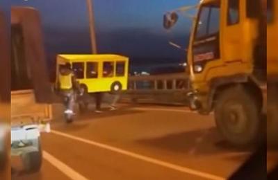 Amigos se disfrazaron de autobús para cruzar puente que prohíbe el paso de peatones