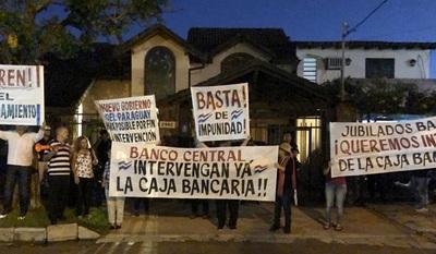 Jubilados bancarios se manifiestan y anuncian acciones judiciales contra el BCP