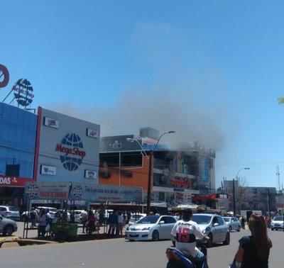 Voraz incendio en shopping encarnaceno