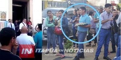 FUNCIONARIOS ESCRACHAN A LUIS YD A SU LLEGADA A LA SEDE DE LA JUNTA MUNICIPAL DE ENCARNACIÓN.