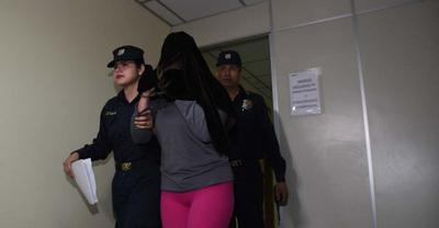 Condenan a madre y padrastro de niña que murió a golpes