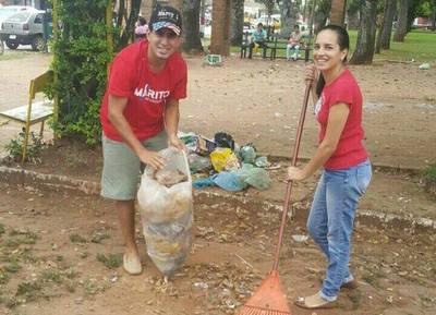Colorados limpian la plaza luego del festejo