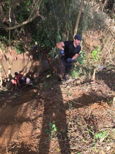 Pobladores limpian arroyo en Hernandarias