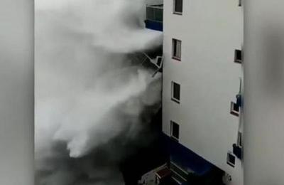 Momento en que ola de seis metros de altura golpea un edificio de Tenerife