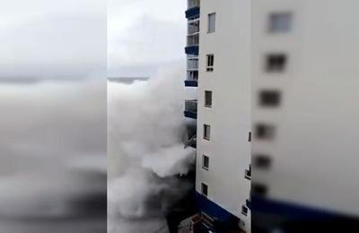 El impresionante momento en que olas de sies metros detruyen balcones de un edificio en Tenerife