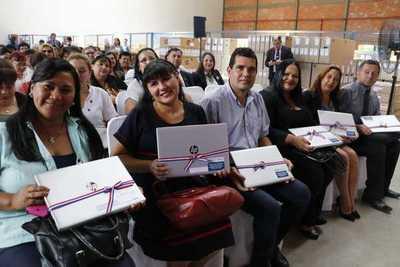 Gobierno entrega equipos para incorporar tecnología en instituciones de Central