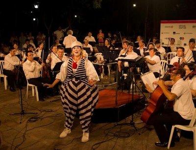 La OSCA y Bochín Teatro Clown en la Plaza Italia