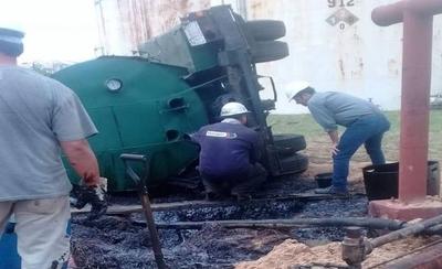 HOY / Tanque chatarra vuelca y derrama 20 mil litros de combustible: Petropar intentó ocultar