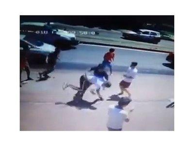 Alumnos se moquetearon a la salida del colegio