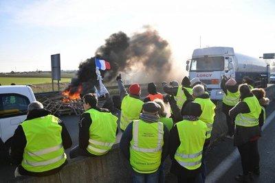 """Macron aboga por """"diálogo"""" con los """"chalecos amarillos"""