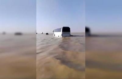 Las impactantes imágenes de las inundaciones que arrasaron con el desierto de Arabia Saudita