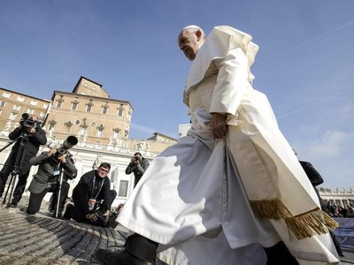 El papa Francisco invita a víctimas de abusos a reunión con obispos