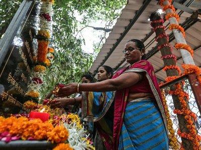 Flores y rezos en el décimo aniversario de los ataques de Bombay