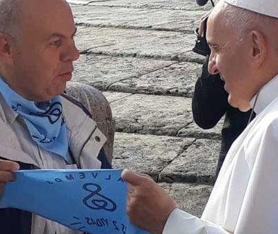 Papa Francisco recibe el pañuelo celeste, el de las dos vidas