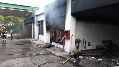 Cortocircuito causa incendio en oficinas de una estación de servicios