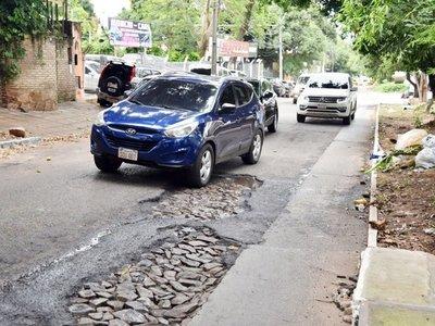Transitadas avenidas de Lambaré, con un montón de antiguos baches