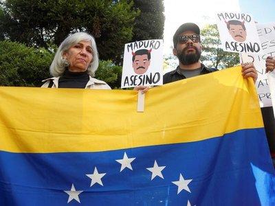 Protestan contra Maduro con motivo de investidura de López Obrador