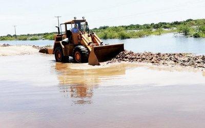 Alberdeños no se rinden y trabajan para liberar de agua el acceso vial
