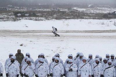 Poroshenko anuncia traslado de tropas a frontera con Rusia