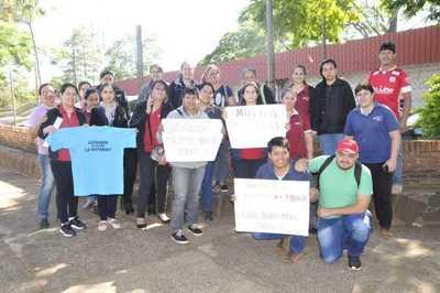 Funcionarios de Niñez y Adolescencia protestan contra ministra Martínez
