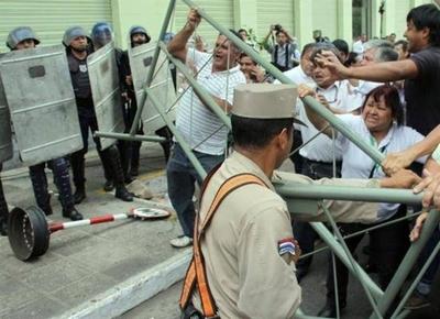 """HOY / Pago de aguinaldo, en """"jaque"""": recorte de seguro médico irrita a estatales"""