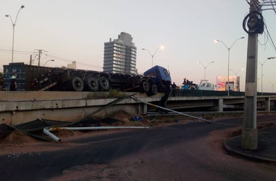 Camión obstaculiza carril del viaducto de Madame Lynch