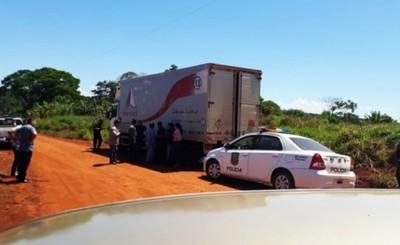 Asaltantes interceptan camión y llevan más de 8000 agroquímicos