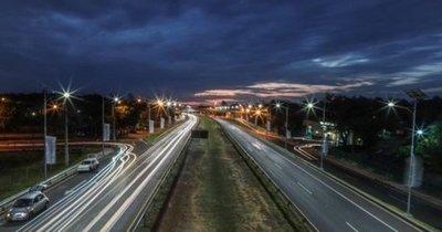 Nuevo sistema de iluminación solar en la autopista Ñu Guasu