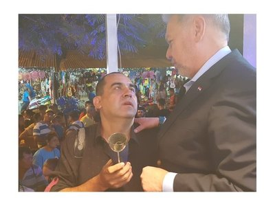 Peregrinante regaló vaso de Sol de América a Óscar Acosta